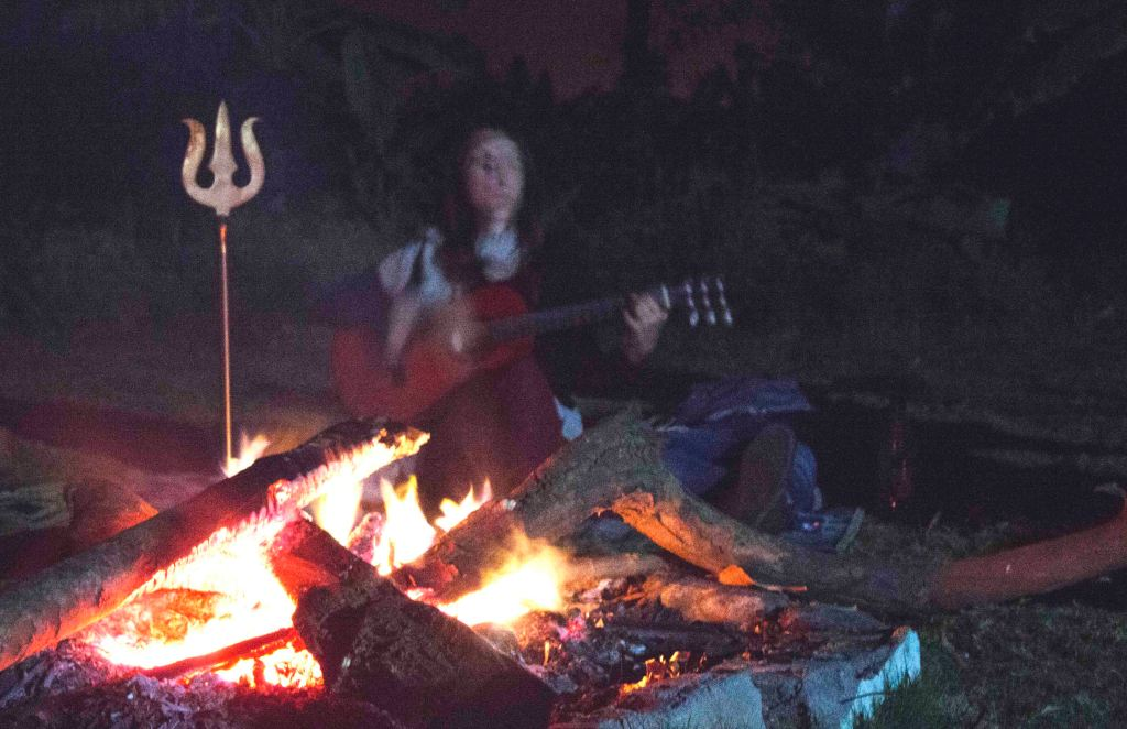 Bonfire and jaming at bobby's cafe hampi