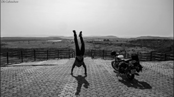 Lonelyindia roadtrip across India handstand